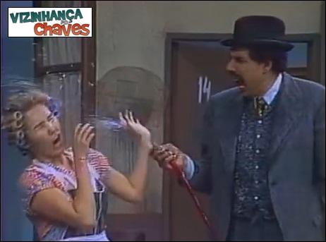 Chaves - Os bombeiros (1975) - quem mexe com a mangueira de bombeiro acaba se molhando por inteiro - episódio semelhante - Vizinhança do Chaves