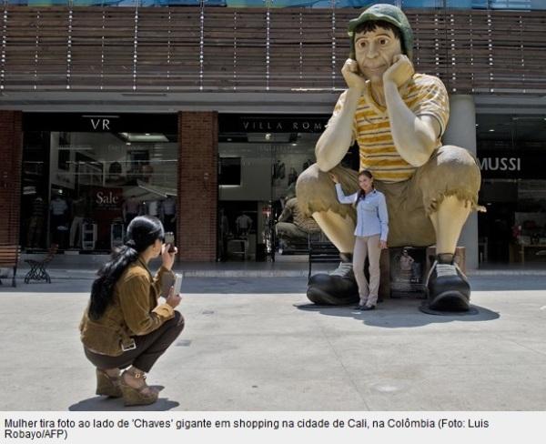 Mulher tira foto ao lado de escultura gigante do Chaves na Colômbia - reprodução