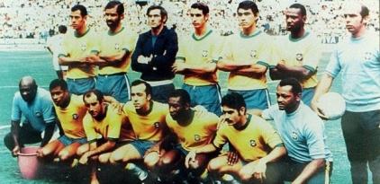 esquadrao-brasileiro-tricampeao-mundial-na-copa-do-munso-de-1970-posa-para-foto-antes-de-partida-1257516352253_615x300
