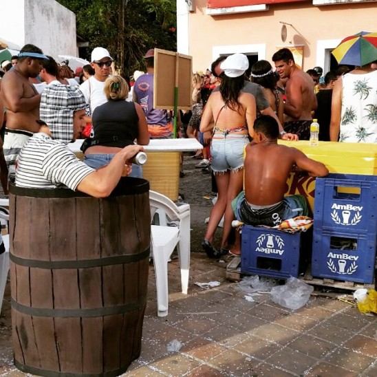 Carnaval 2015 Chaves Chespirito Chapolin homenagens - Chaves no barril tomando uma bebendo cerveja bebidas no Carnaval de Olinda - Karla Araujo Instagram