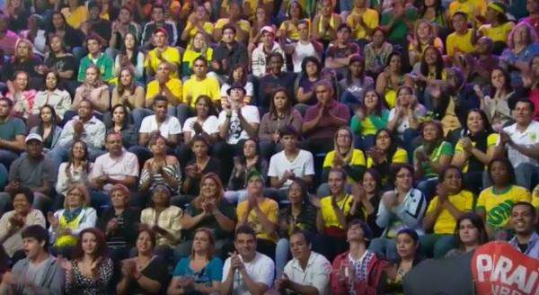 Pessoa com camiseta do Seu Madruga no palco do Faustão - imagem reprodução