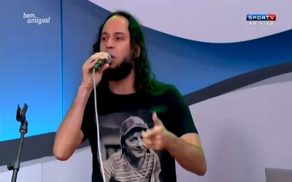 Gabriel, o Pensador com camiseta do Chaves na SporTV